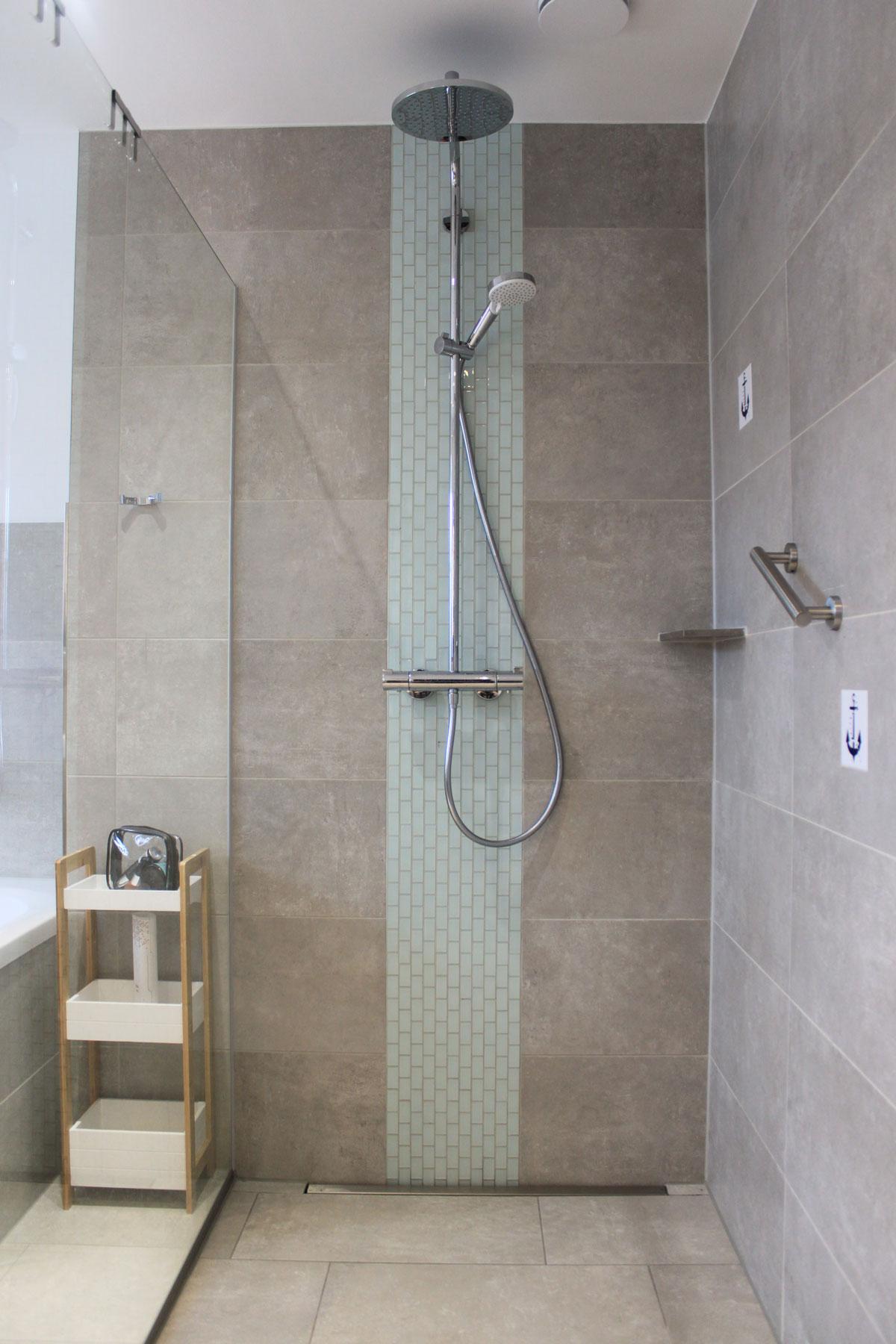 Ebenerdige Dusche im Badezimmer im OG