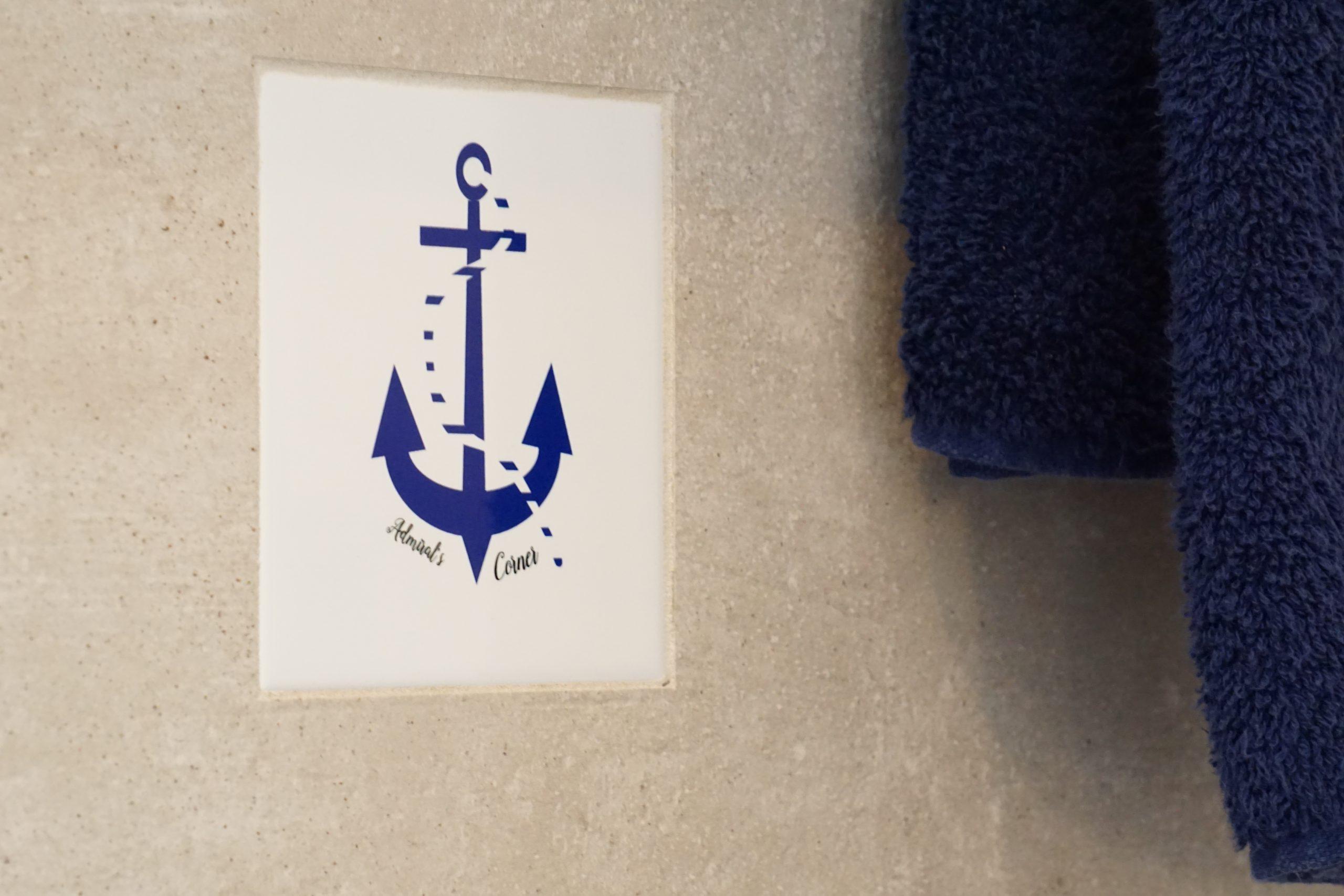 Logo-Fliese im Bad